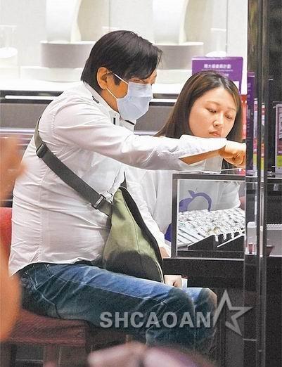 51岁王杰戴口罩和小女友香港逛街